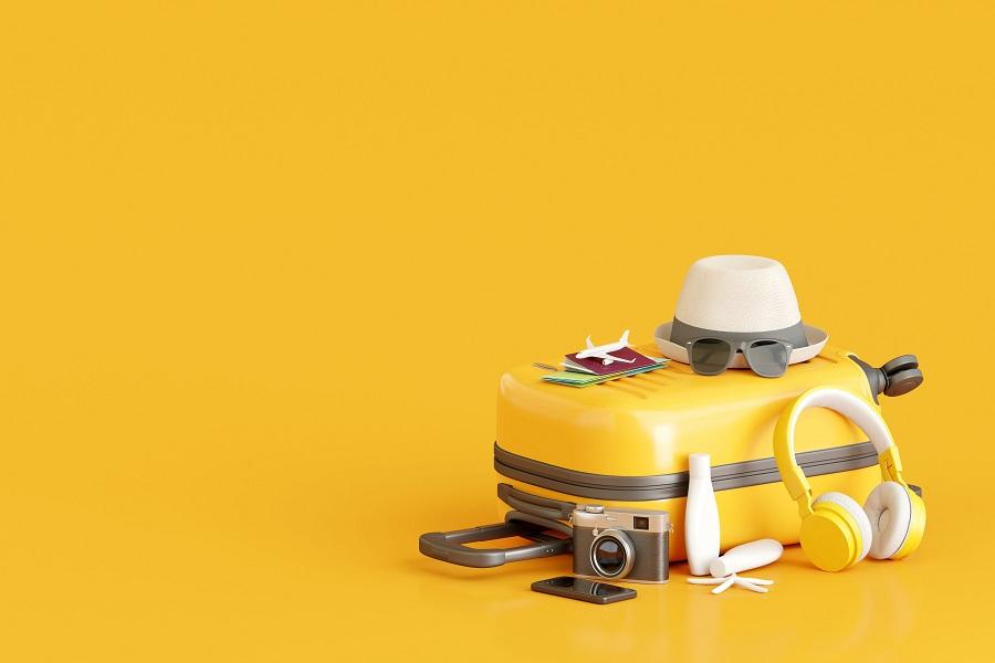 partir en vacances valise jaune chapeau appareil photou